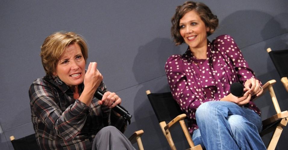 Emma Thompson (esq.) e Maggie Gyllenhaal (dir.) divulgam filme em loja em Nova York (16/8/2010)