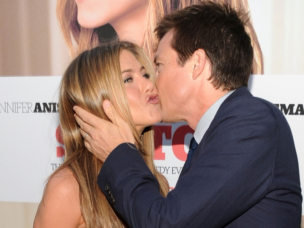 Jennifer Aniston e Jason Bateman se cumprimentam na premire de 