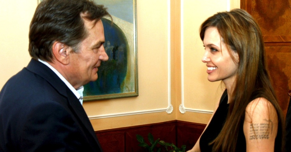 Angelina Jolie cumprimenta o presidente bósnio Haris Silajdzic durante sua visita a Sarajevo