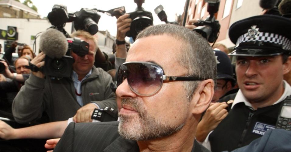 Chegada de George Michael a tribunal atraiu imprensa e fãs (24/08/2010)