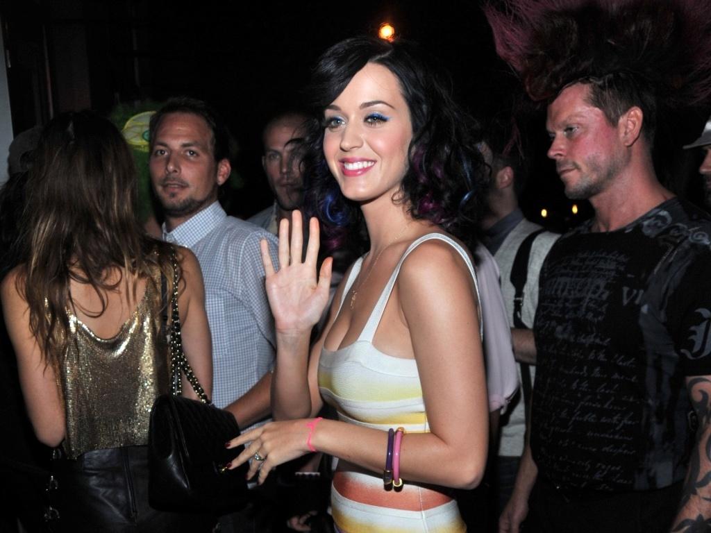 Katy Perry acena para os fotógrafos ao chegar para show em Nova York (27/8/2010)