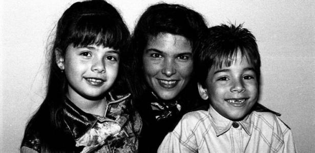 Da esquerda para a direita, Sandy, Cristiana Oliveira e Júnior em livro da fotógrafa Cristina Granato