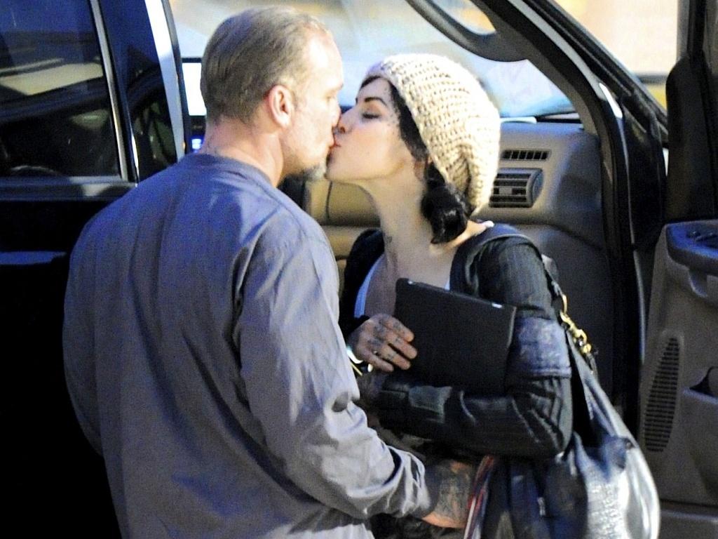 Jesse James e Kat Von D se beijam no aeroporto de Austin, no Texas (29/8/2010)