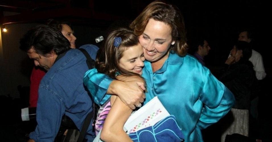 Carolina Dieckmann abraça a amiga Claudia Jimenez no Teatro Leblon (1/9/10)