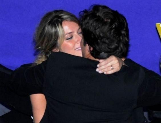 Giovanna Ewbank e Bruno Gagliasso se beijam durante premiação no Rio de Janeiro (1/9/10)