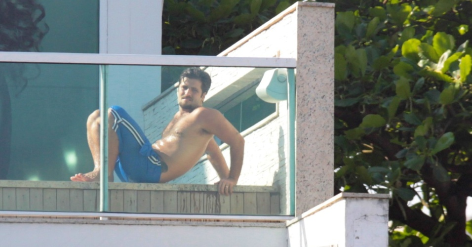 Bruno Gagliasso curte piscina em uma academia do Rio de Janeiro (4/9/2010)