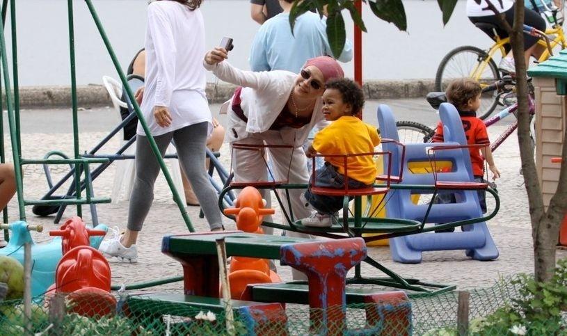 Drica Moraes brinca com o filho, Mateus, no parquinho da Lagoa Rodrigo de Freitas, no Rio de Janeiro
