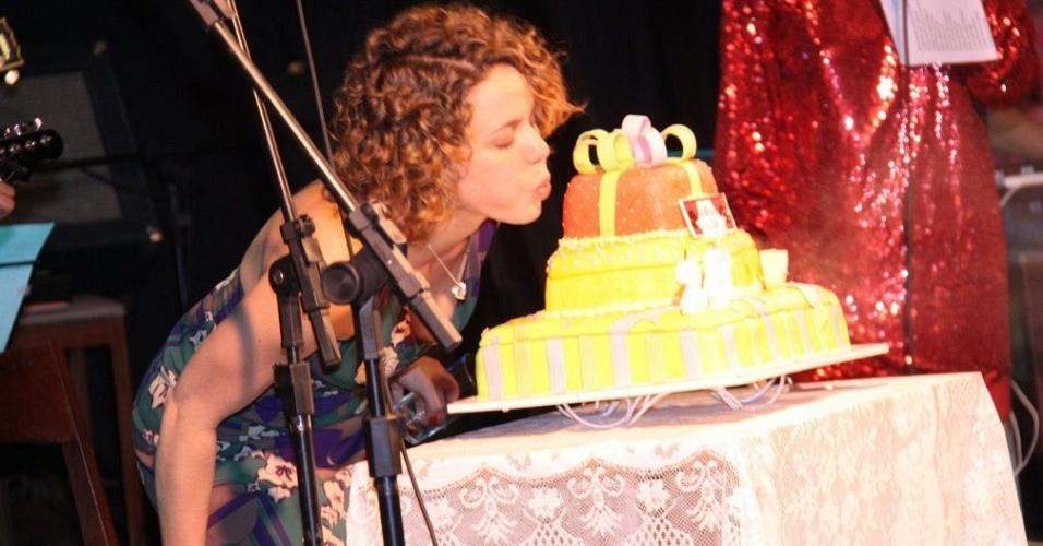 Leandra Leal sopra a vela de seu bolo de aniversário no Teatro Rival (8/9/10)