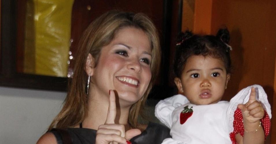 A atriz Samara Felippo posa ao lado de Alícia na festa de um ano da filha na Barra, zona oeste carioca (26/6/10)
