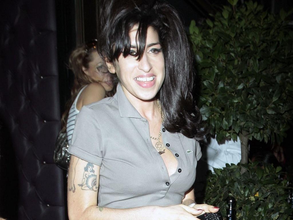 A cantora Amy Winehouse na saída de um restaurante em Londres (11/8/2010)