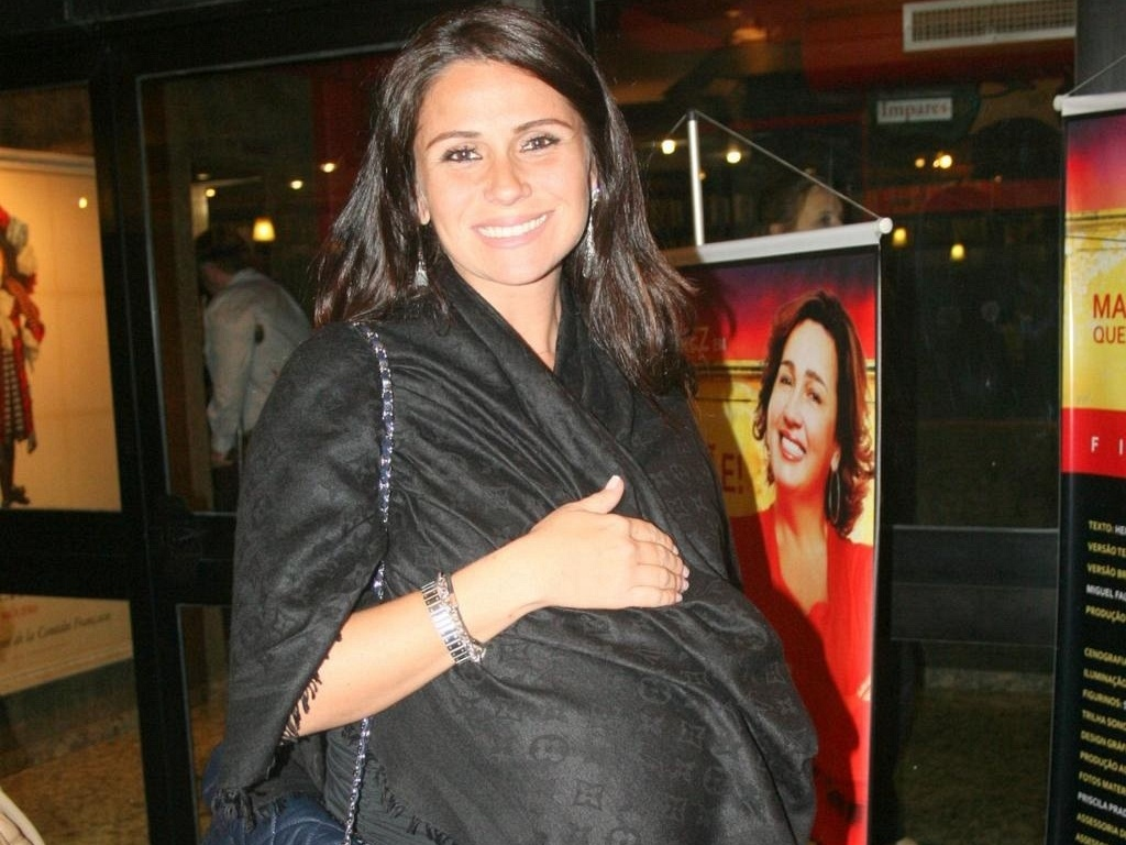 Grávida de nove meses, Giovanna Antonelli vai ao teatro ver a peça