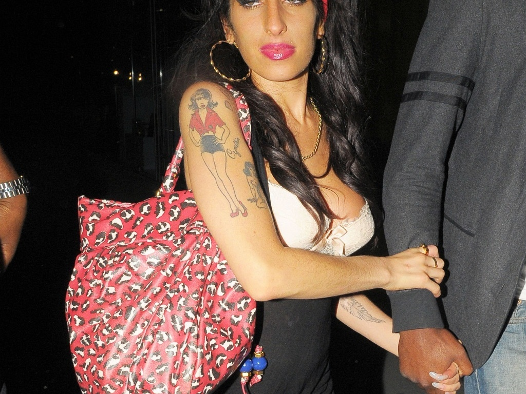 A cantora Amy Winehouse saindo de um clube noturno em Londres (6/7/2010)