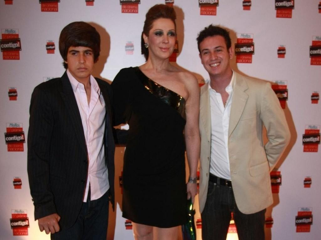 A atriz Claudia Raia entre o filho Enzo e o sobrinho Kaian no 5º Prêmio Contigo! de cinema nacional (13/9/10)