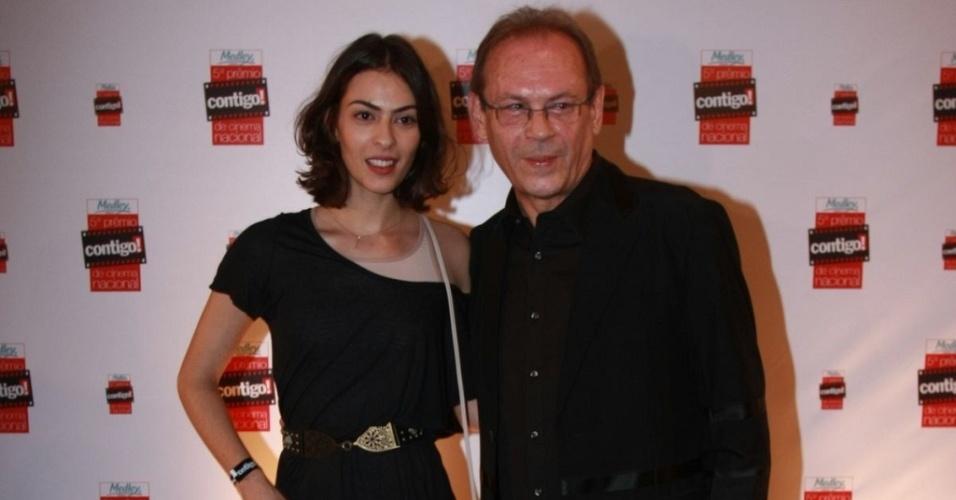 Isabel e José Wilker na entrada do 5º Prêmio Contigo! de cinema (13/9/10)