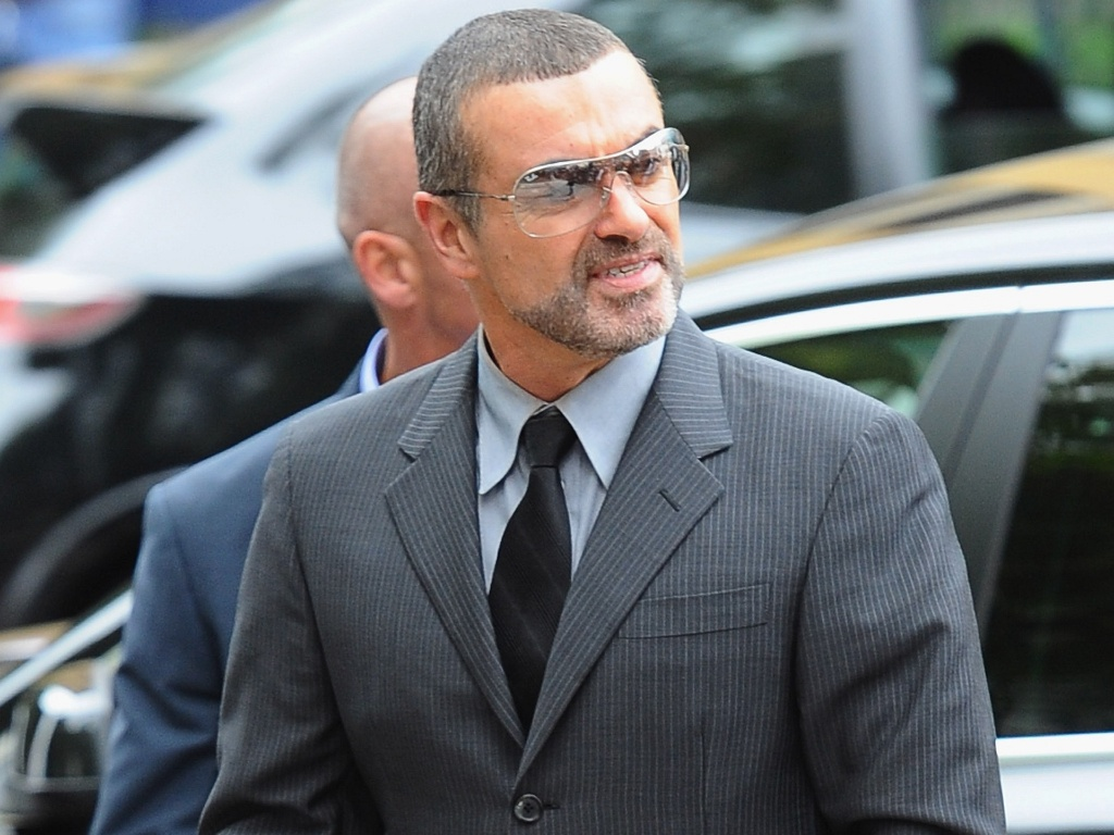O cantor George Michael chega ao Highbury Corner Magistrates Court em Londres para ouvir sua sentena (14/9/2010)