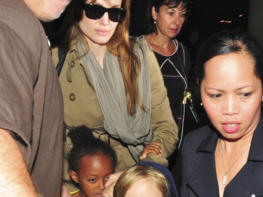 Angelina Jolie desembarca em Los Angeles com as filhas, no sábado