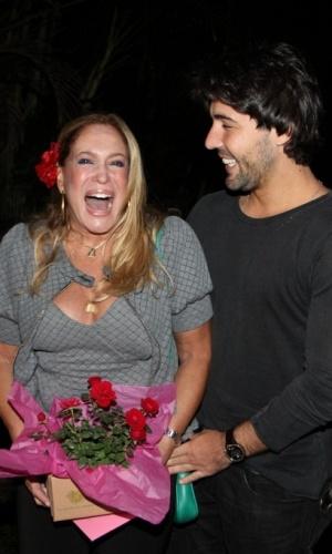 Susana Vieira e Sandro Pedroso chegam ao aniversário de Giovanna Ewbank na casa da atriz em São Conrado (19/9/2010)