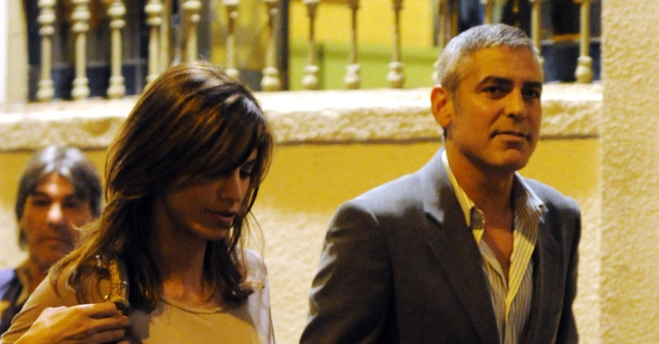 Elisabetta Canalis e George Clooney so vistos saindo de restaurante (21/9/2010)