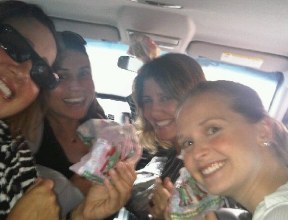 Claudia Jimenez, Giovanna Antonelli, Christiane Alves e Fernanda Rodrigues distribuem doces no Rio (27/9/10)