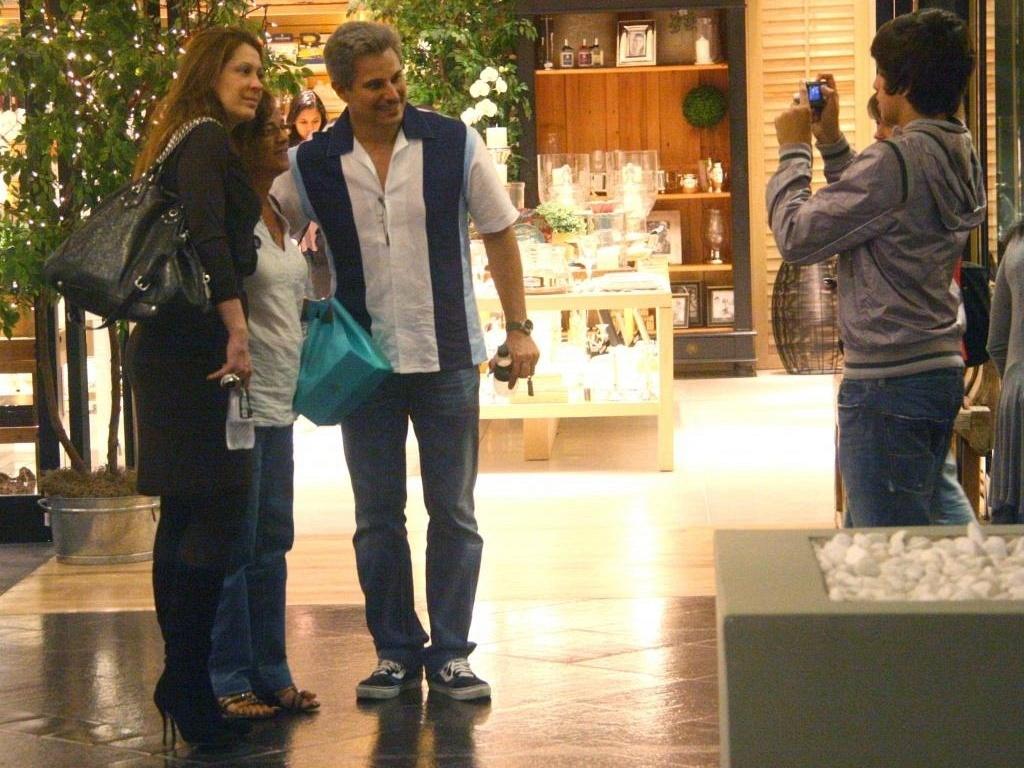 Claudia Raia e Edson Celulari tiram fotos com uma fã em um shopping carioca (26/9/10)