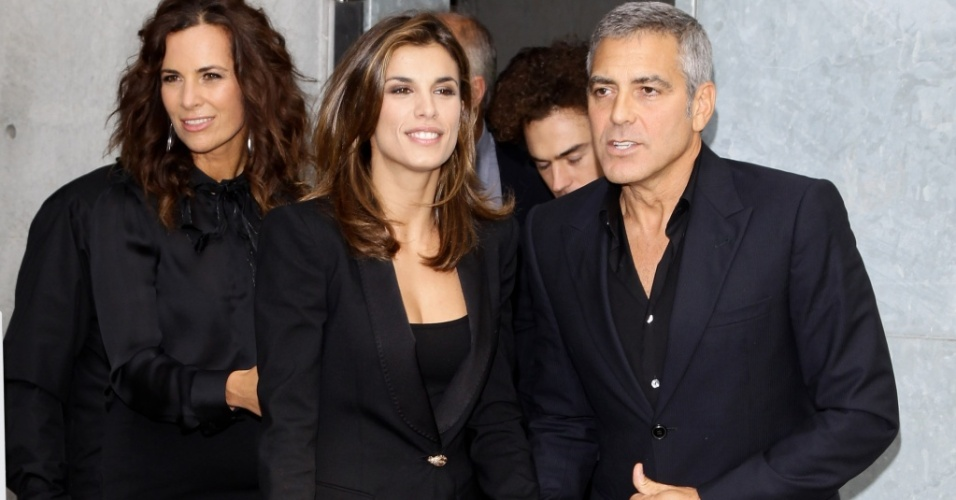 Elisabetta Canalis e o namorado George Clooney assistem desfile de Giogio Armani na Semana de Moda de Milo (27/9/2010)