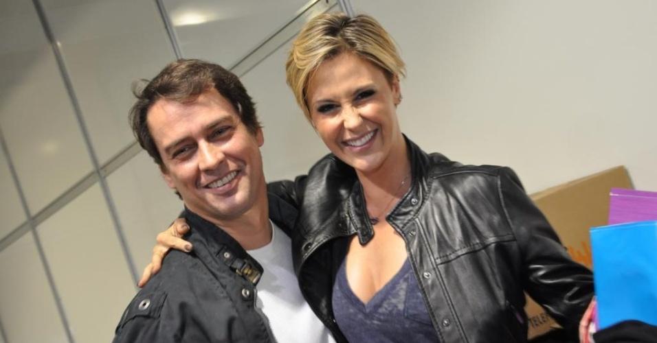Marcelo Anthony e Guilhermina Guinle posam para foto nos bastidores do Oscar Fashion Days (25/9/2010)