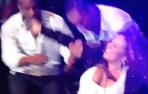 Mariah Carey cai durante show em Cingapura e  levantada por bailarinos (26/9/2010)