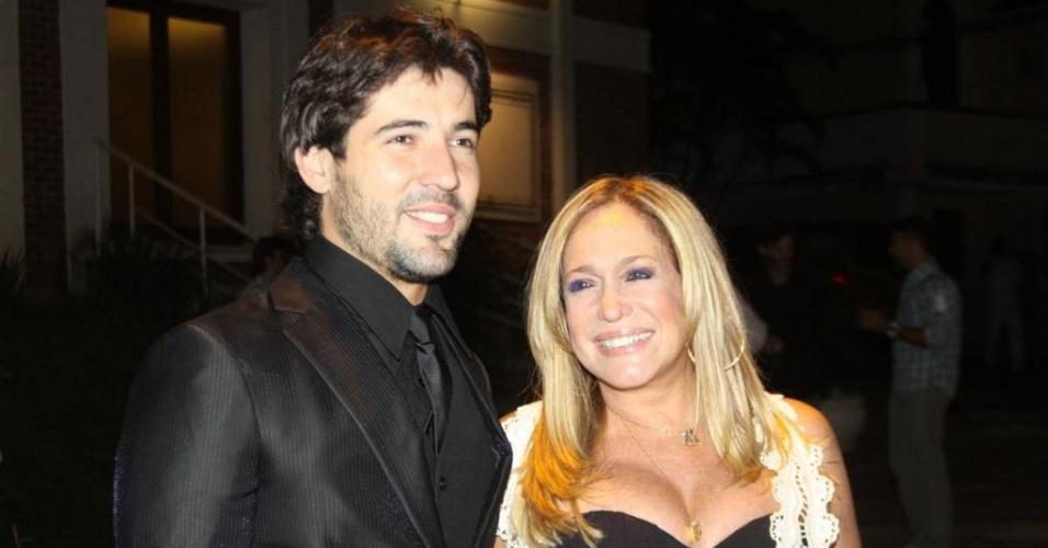 Sandro Pedroso posa com Susana Vieira no Rio de Janeiro (21/9/10)