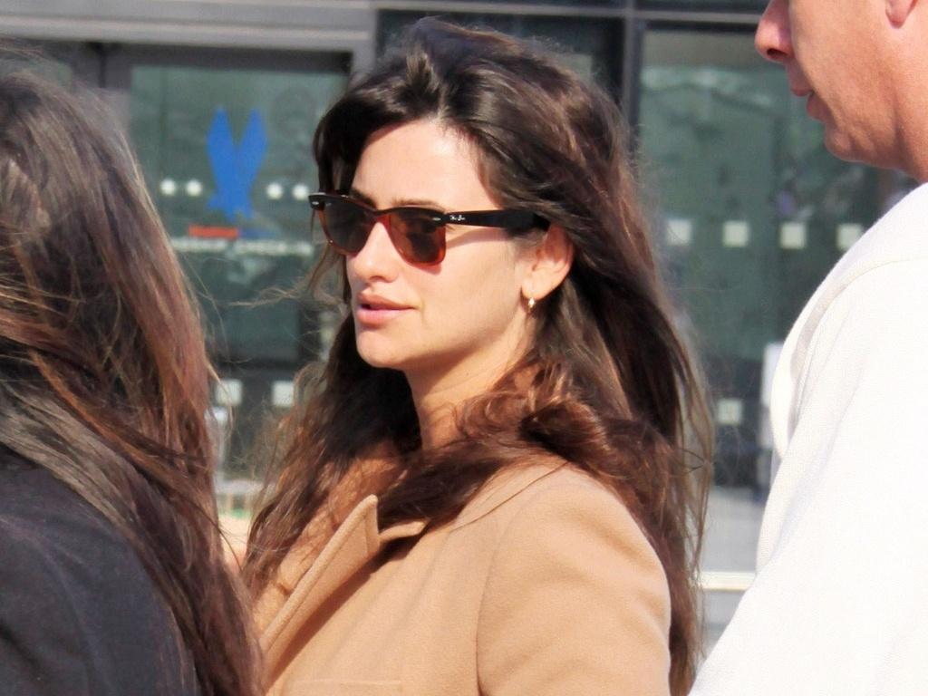 Penélope Cruz chega em aeroporto em Londres (25/9/2010)