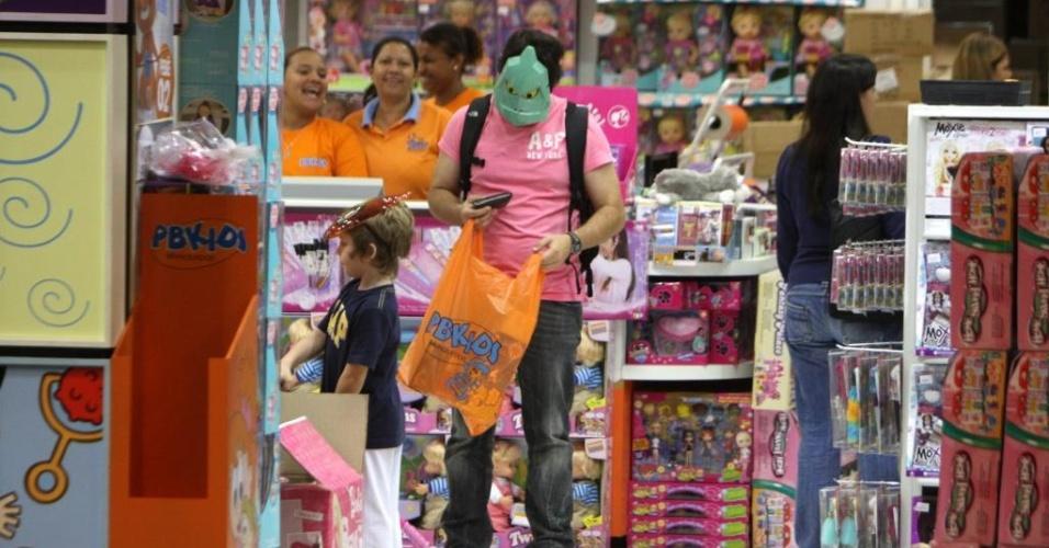 Mascarado, Murilo Benício faz compras com o filho em shopping no Rio de Janeiro (28/9/2010)