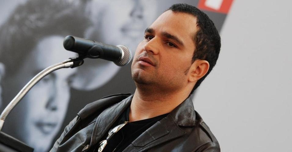 O cantor Luciano em tarde de autógrafos em São Paulo (13/8/10)