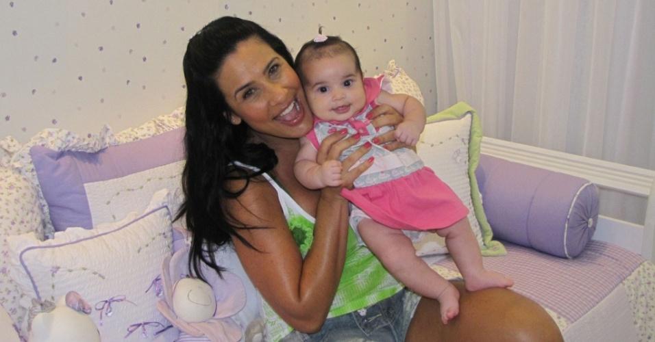 Scheila Carvalho posa com a filha, Giulia (29/9/10)