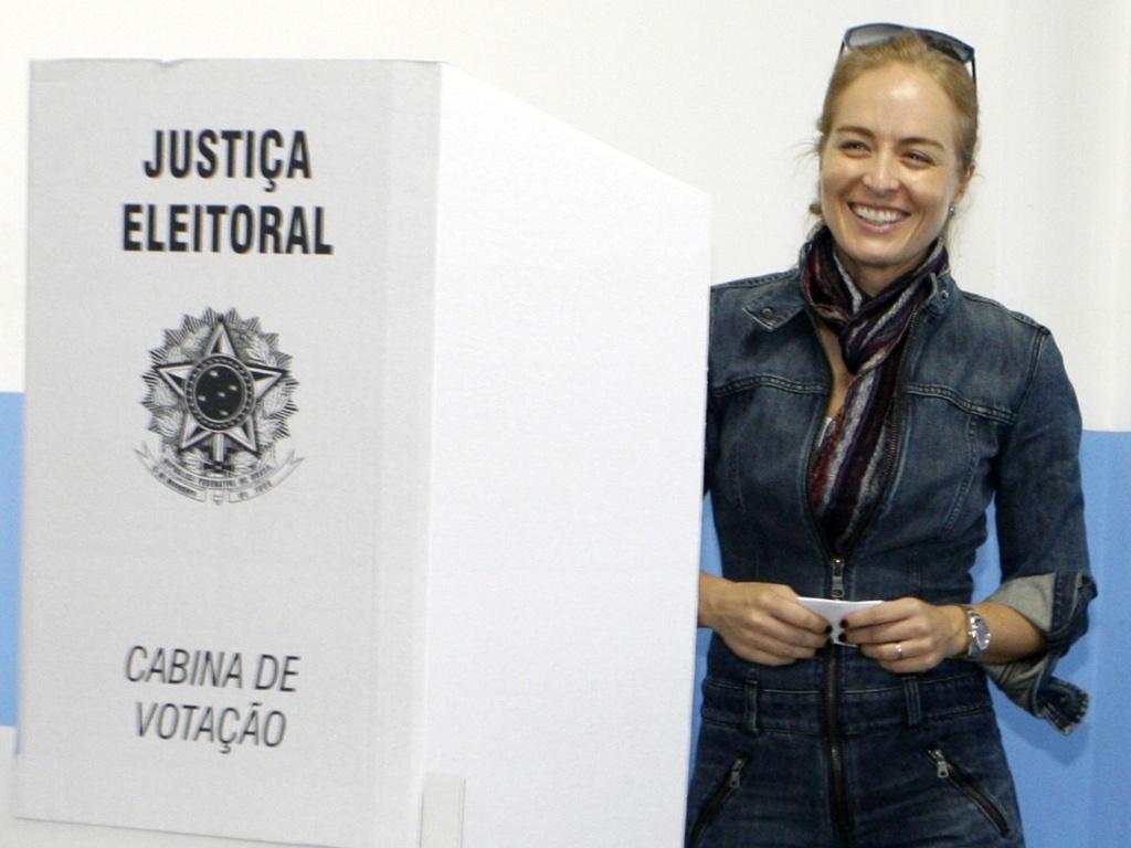 Angélica vota em uma escola da Barra da Tijuca, no Rio de Janeiro (3/10/2010)