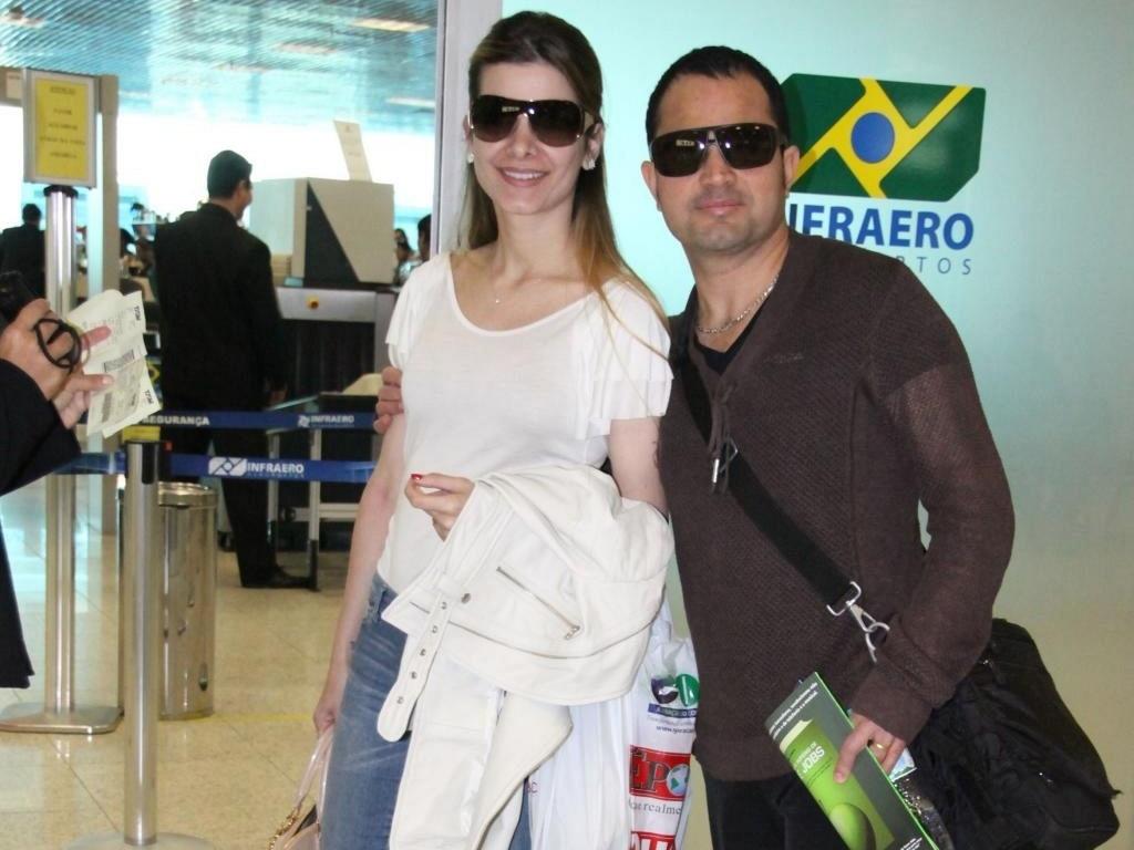 Flávia Fonseca e Luciano Di Camargo em aeroporto carioca (12/8/10)