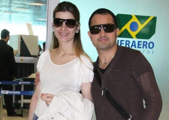 Fl�via Fonseca e Luciano Di Camargo em aeroporto do Rio (12/8/10)