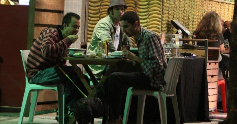 Paulinho Vilhena come um lanche com amigo no Rio de Janeiro (4/10/2010)