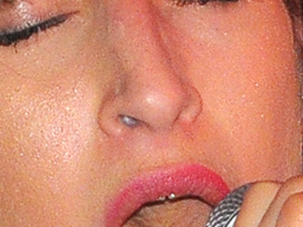 Amy Winehouse é fotografada com pó branco no nariz durante apresentação do pai Mitch Winehouse em Londres (7/10/2010)