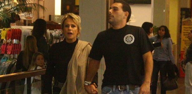 Ana Maria Braga passeia com Marcelo Frisoni em shopping no Rio de Janeiro (6/10/2010)