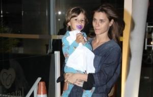 Carolina Dieckamnn leva o filho José para visitar as recém-nascidas de Giovanna Antonelli, na Clínica Perinatal, na Barra da Tijuca, zona oeste do Rio (8/10/10)