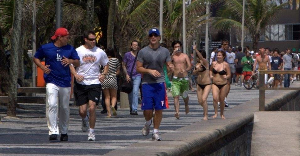 Jon Bon Jovi (de boné azul) é seguido por fãs de biquíni na orla de Ipanema (8/10/2010)