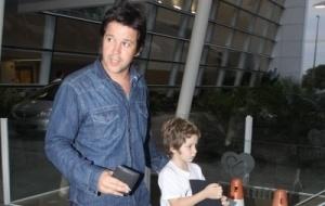 Murilo Benício leva o filho Pietro para visitar Giovanna Antonelli na maternidade, no Rio (8/10/10)