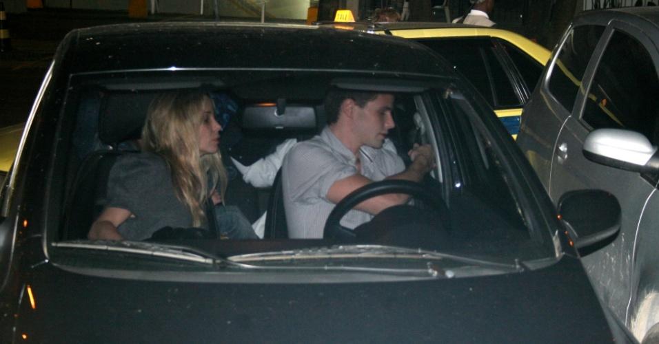 Danielle Winits e Jonatas Faro levaram o filho da atriz, Noah, para um passeio no Leblon, no sábado (9/10/2010)