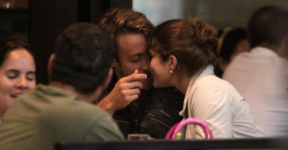 Priscila Fantin e o namorado, Renan Abreu, passeiam com amigos em um shopping carioca, no sábado (9/10/2010)