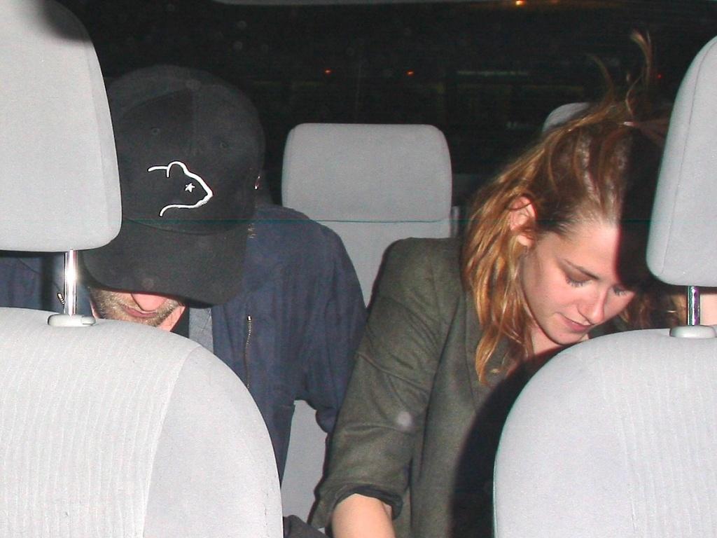 Robert Pattinson e Kristen Stewart deixam hotel em Beverly Hills e tentam se esconder dos paparazzi (08/10/2010)