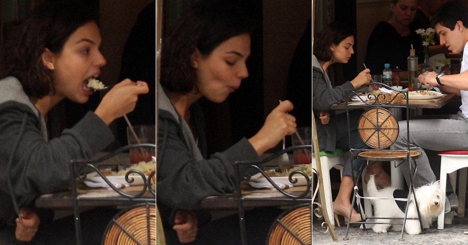 Isis Valverde almoça com o noivo Luis Felipe Reif em restaurante no Leblon (12/10/2010)