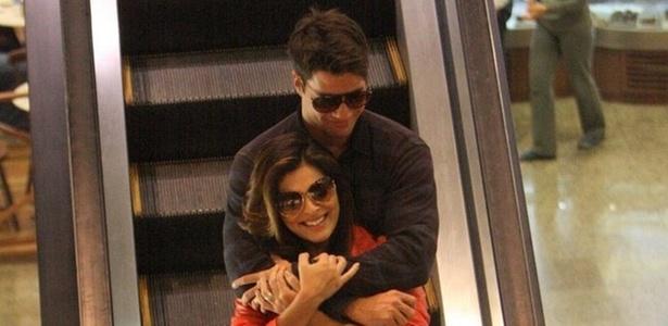 Juliana Paes e Carlos Eduardo Baptista passeiam em shopping da zona oeste do Rio (11/10/10)