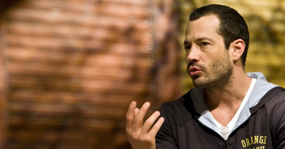 O ator Malvino Salvador, durante entrevista nos bastidores da peça