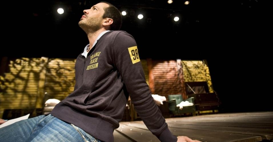 O ator Malvino Salvador nos bastidores da peça