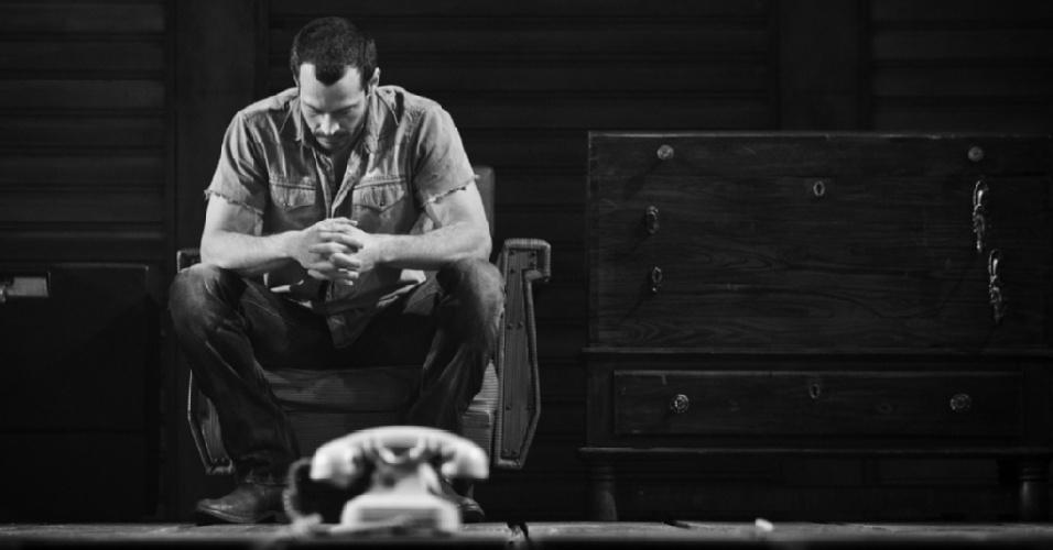 O ator Malvino Salvador se concentra no palco de