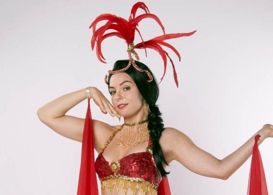 http://m.i.uol.com.br/celebridades/2010/10/13/regiane-alves-posa-para-a-peca-a-garota-do-biquini-vermelho-em-cartaz-no-rio-11010-1287004248922_560x400.jpg